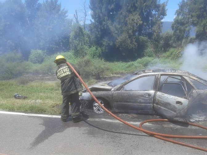 Bomberos voluntarios chacareros apagan auto incendiado en Ruta 33