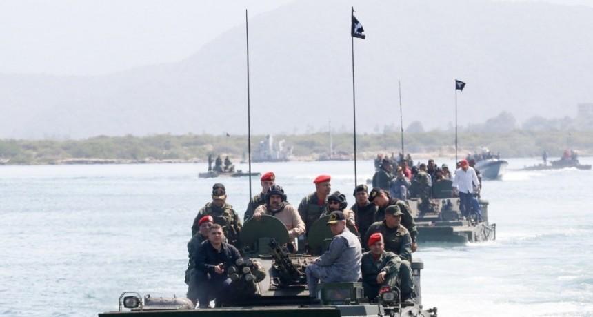 ¿Maduro o Rambo? Entrena con las tropas y patrulla las costas en anfibios