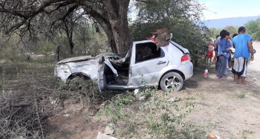 Una familia terminó en el hospital tras volcar con el auto e impactar contra un árbol