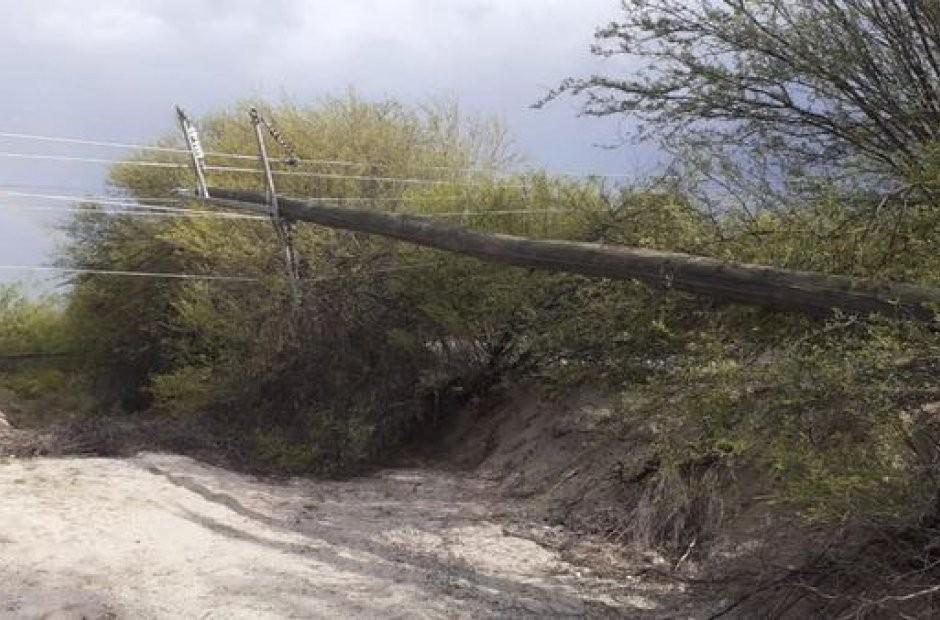 La tormenta causó caída de postes y cortes de energía en el oeste provincial