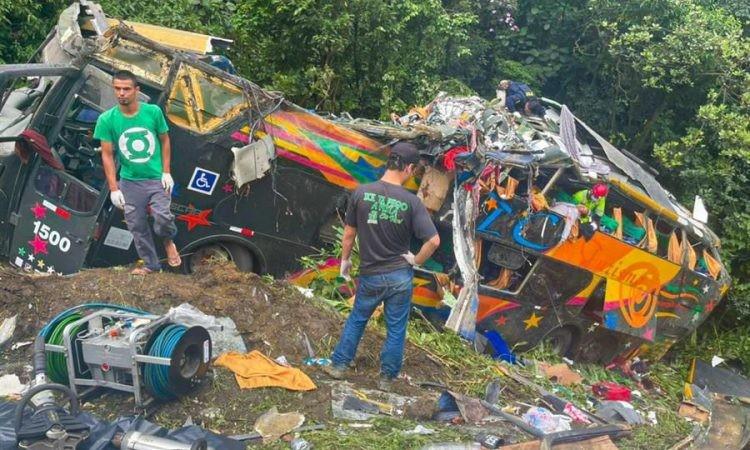 Tragedia en Brasil: al menos 21 muertos y 36 heridos al desbarrancar un micro que iba a Camboriú