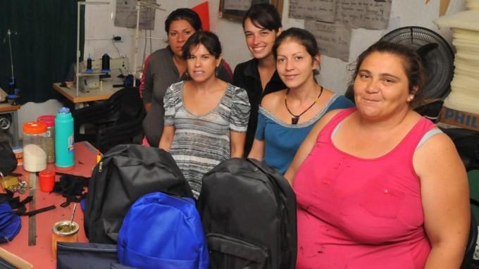 Unas 50 cooperativistas fabrican útiles para estudiantes cordobeses