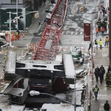 Al menos un muerto y dos heridos al caerse una grúa en Nueva York