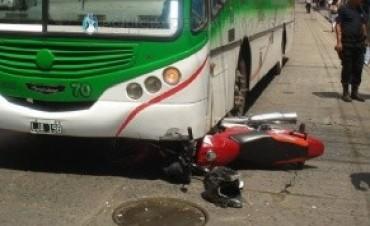 Una moto quedó debajo del colectivo tras un choque