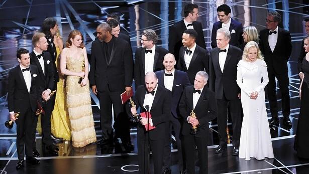 Tras un papelón histórico, Luz de Luna eclipsó a La La Land en los Óscar