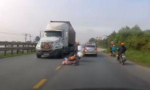 Asombrosa reacción de una mamá para evitar que camión aplastara a su hijo