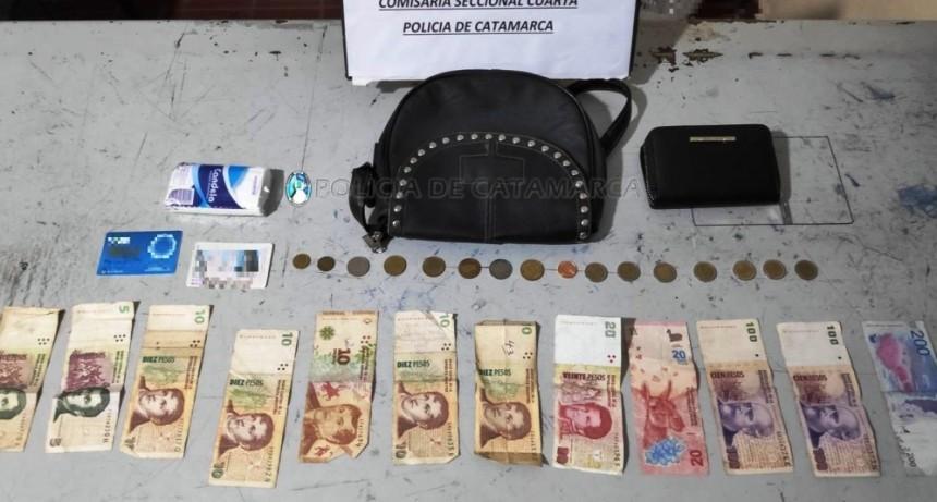 Vecinos redujeron a un motochorro tras robarle la cartera a una mujer