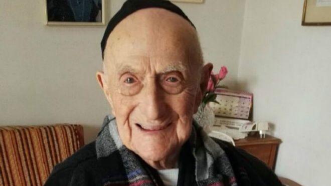 Un sobreviviente del Holocausto es el hombre