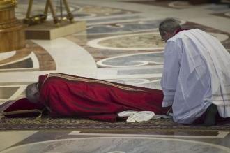 Antes del Vía Crucis, Francisco rezó