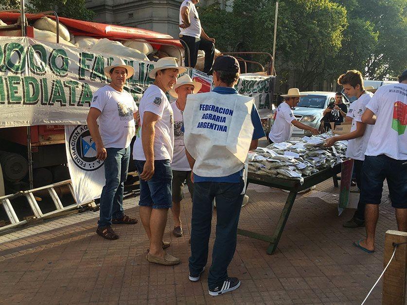 Yerbatazo en Plaza de Mayo: regalan yerba como forma de protesta
