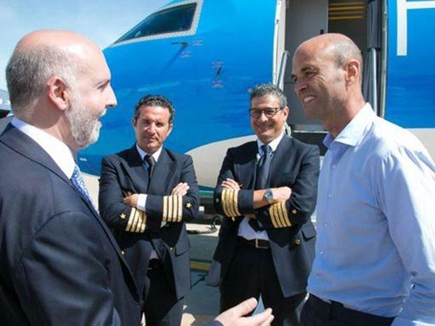 Bochorno: Dietrich presentó un viejo avión de Sol ploteado por una