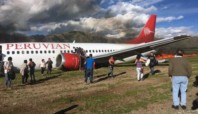 Dantesco: avión en llamas con 148 pasajeros a bordo