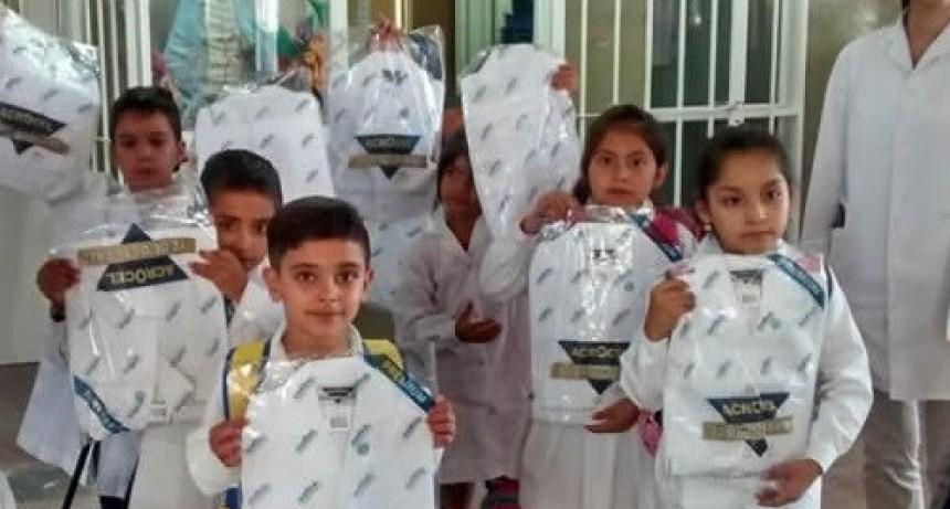 Entregaron  guardapolvos y kits escolares en Belén