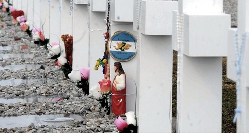 Malvinas: familiares de soldados identificados ya están en el cementerio de Darwin