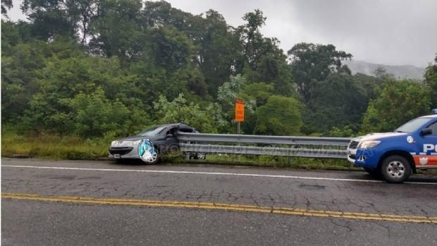 Auto chocó contra el guardarrail en la cuesta El Totoral