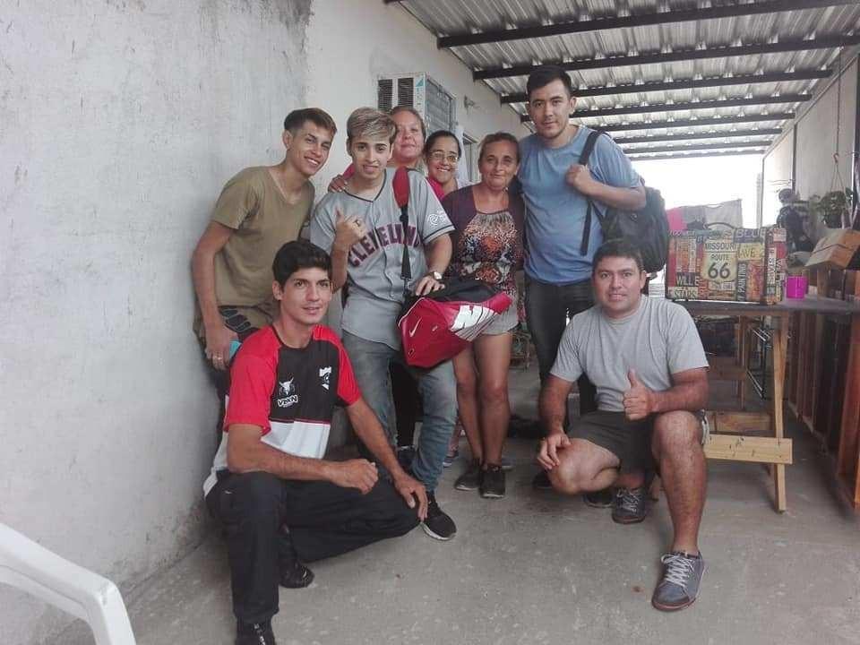 Peluqueros solidarios: Cortaron el pelo gratis a niños de Valle Chico