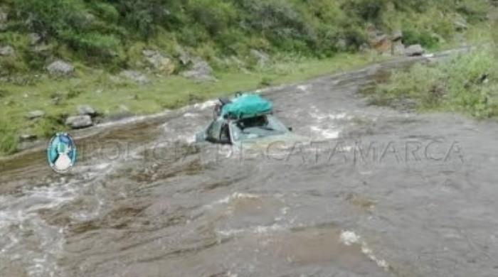 Logró salir del auto mientras era arrastrado por la corriente de un río