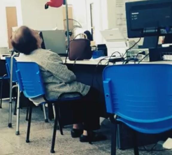 Indignación y bronca:Abuela se durmió esperando que la atiendan en el PAMI