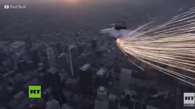 VIDEO: ¡Increíble! Un acróbata simuló ser un meteorito en el cielo