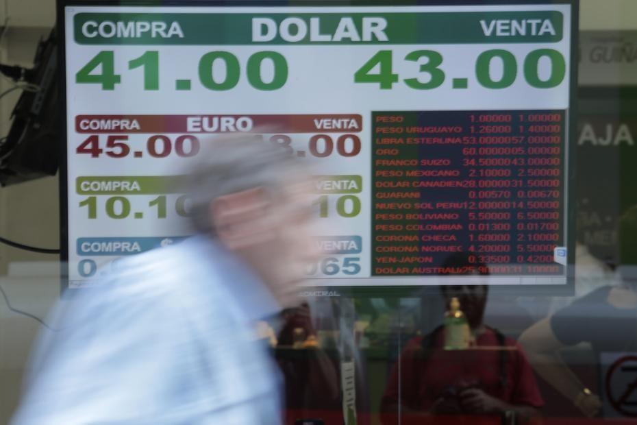 Dólar hoy. A contramano del mundo, subió y quedó cerca de $43: a cuánto cerró en cada banco