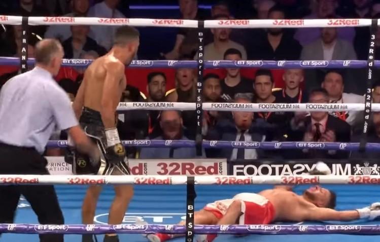 El impactante KO que sufrió un boxeador a 4 segundos del final después de burlarse de su rival