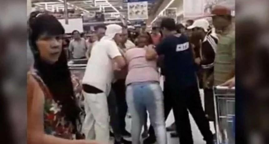 INCREIBLE: A las Trompadas  por la última bandeja de milanesas en un súper