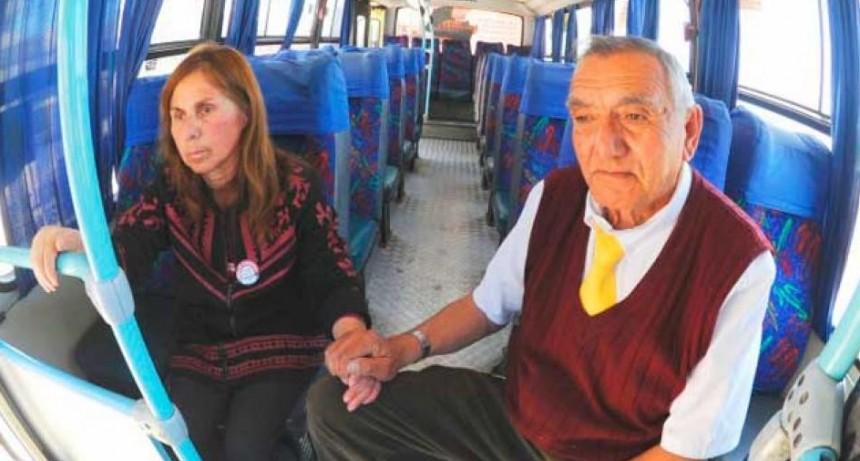 Maneja un bus con su esposa al lado. Ella tiene alzhéimer y nadie quien la cuide