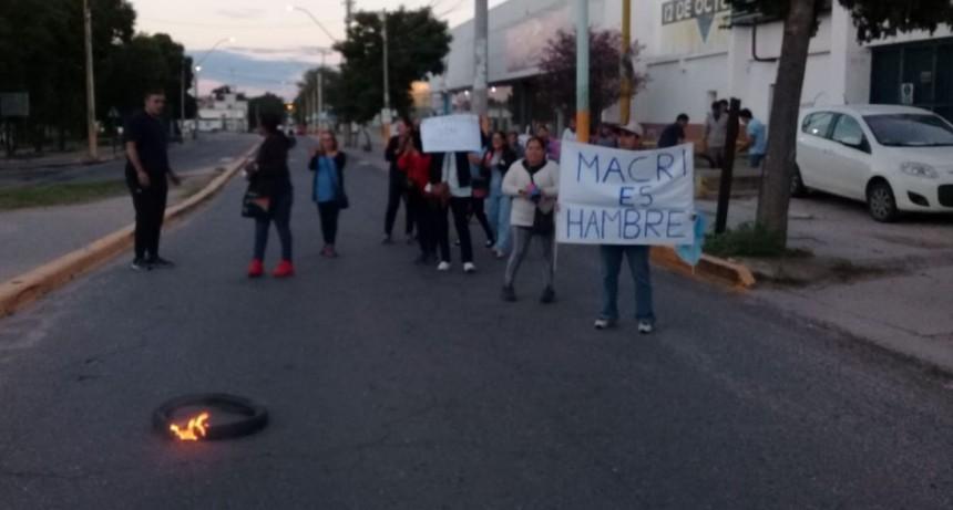 Tabajadores de la fabrica  12 De octubre cortan Presidente Castillo