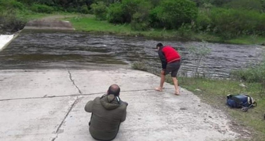 Maestros de El Alto cruzan el río a pie para dar clases