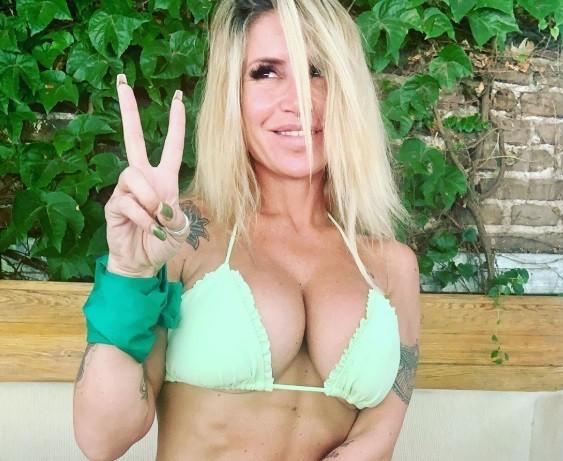 Flor Peña celebró en bikini: Día verde, peroncho y feliz