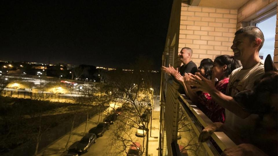 Miles de españoles salen cada noche a sus ventanas para aplaudir labor de médicos y sanitarios