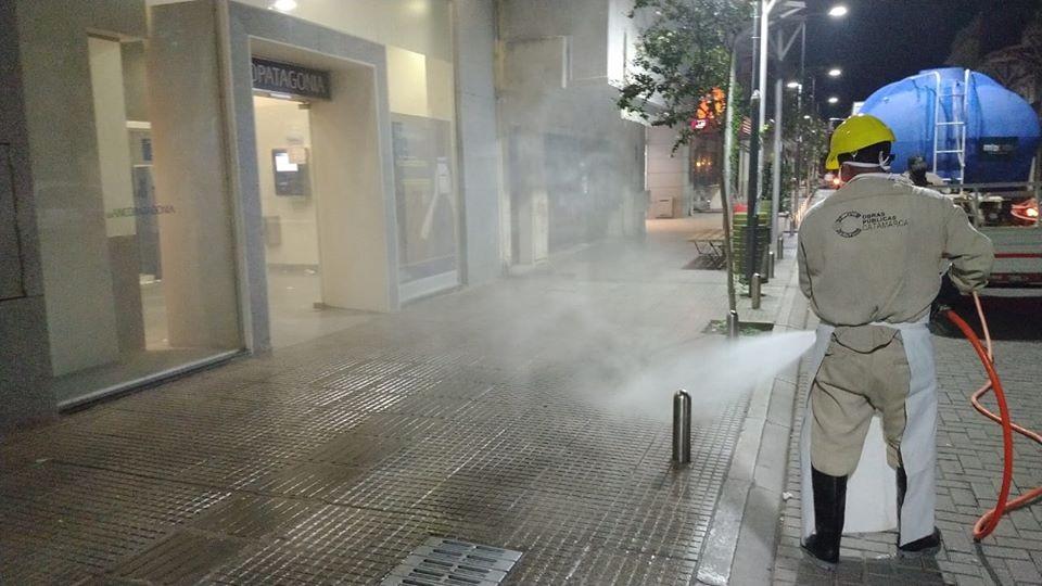 En Capital, desinfectan las calles con un camión que rocía lavandina diluida