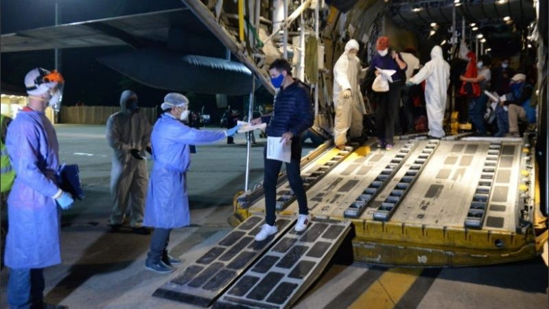 Dos aviones Hércules trajeron de regreso a 140 argentinos desde Perú