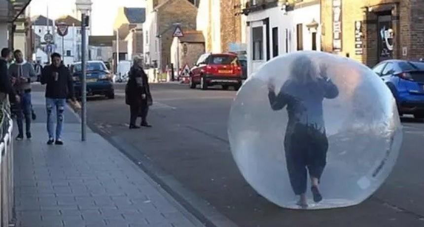 COVID-19: Fue al supermercado dentro de una burbuja de plástico