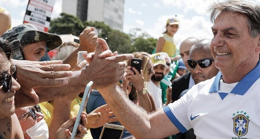 Bolsonaro salió a la calle para animar a la gente a romper el aislamiento