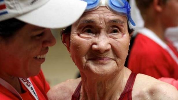 Una japonesa de 100 años batió un récord mundial de natación