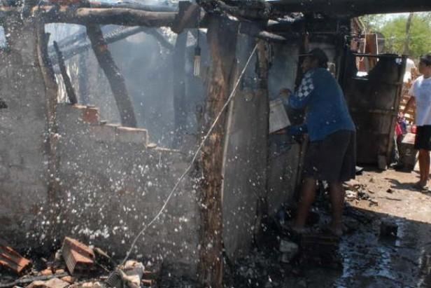 Apaleó a su pareja y quemó la casa con sus hijos adentro