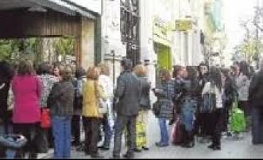 Tucumán Limitan la espera en las filas para la atención al público