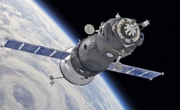 Una nave espacial perdió el control y cae hacia la Tierra