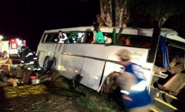 Al menos diez muertos en Brasil al chocar autobús atacado por asaltantes