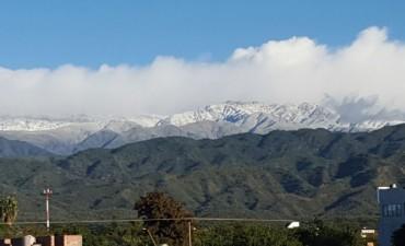 Mañana fría, con manto blanco en nuestras montañas