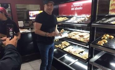 John Travolta compra medialunas en Castelar (Buenos Aires)