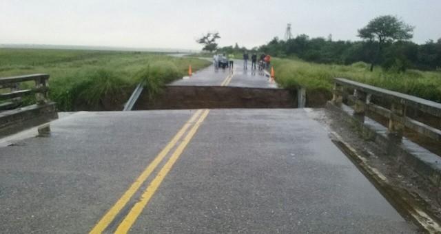 RNN 64 continúa cortada en el acceso al puente sobre el río El Abra
