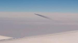 Filman desde el avión un extraño objeto en las nubes: ¿un OVNI?