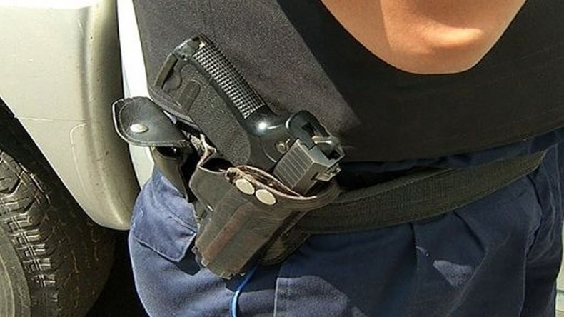 Quiso robarle el arma un policía