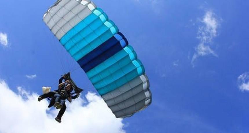 Hombre practicaba paracaidismo y cayó cerca del Jumeal