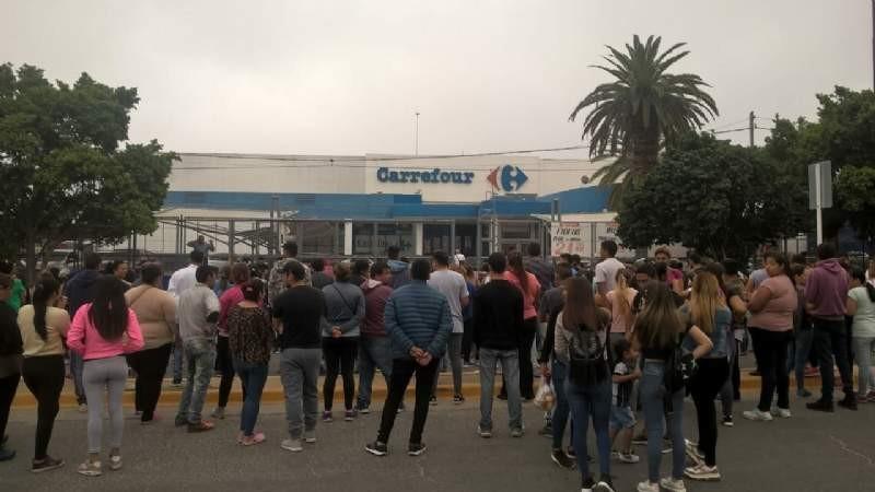Movimientos sociales reclamaron alimentos frente a un supermercado