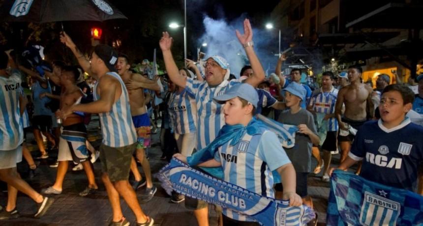 Racing salió campeón y Los hinchas catamarqueños festejaron el campeonato en la plaza 25 de Mayo