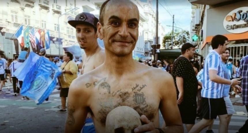 Un hincha de Racing desenterró el cráneo de su abuelo y se fue a festejar