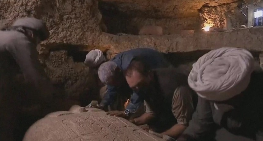 Un sarcófago egipcio de 2.500 años de antigüedad fue abierto en un programa de TV en vivo y esto fue lo que encontraron